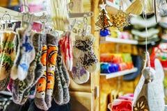 Små woolen sockor på den Riga julen marknadsför Arkivbild