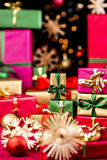 Små Xmas-gåvor och större gåvor Arkivfoto