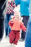 Småbarn som är borttappat i en folkmassa av främlingar Royaltyfri Bild