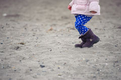 Småbarn som går på sanden på vinterstranden Arkivbild