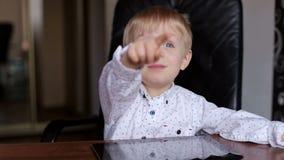 Småbarn som pekar på något i fönstret stock video