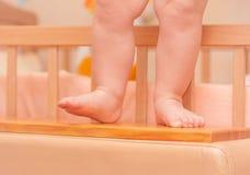 Småbarnben nära kåtan Royaltyfria Foton