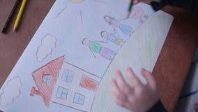 Småbarnet målar familjen och huset lager videofilmer