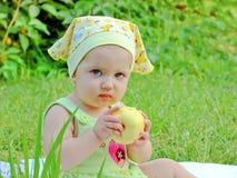 Småbarnet på en picknick Arkivfoto