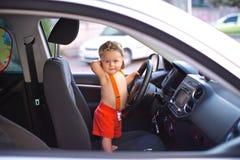 Småbarnet rymmer ett bilhjul royaltyfri foto