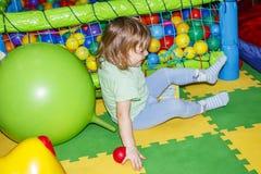 Småbarnet spelar i mitt för underhållning för barn` s Fotografering för Bildbyråer