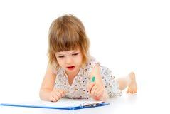 Småbarnet tecknar en blyertspenna arkivfoton