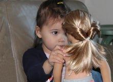 Småbarnlekar med hennes docka Fotografering för Bildbyråer