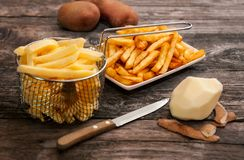 Småfiskkorg med potatis- och fransmansmåfiskar arkivbild