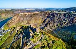 Småstad Thurant, en förstörd slott på den Moselle floden i Tyskland royaltyfri bild