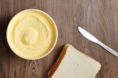 Smör, bröd och en kniv royaltyfria foton