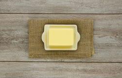 Smör på maträtt med burlap arkivbilder