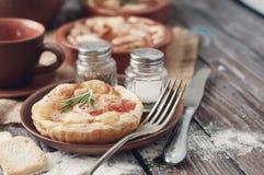 Smördeg med ost och tomaten tonat foto Royaltyfri Bild