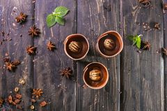 Smördeg med vaniljsås- och chokladdekoren på en träställning royaltyfri fotografi