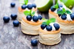 Smördeg som är välfylld med mjuk gräddost och blåbäret med l arkivbilder