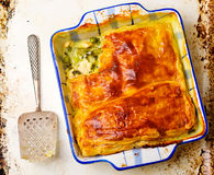 Smördegpaj med höna och grönsaker Arkivfoto
