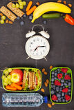 Smörgås äpple, druva, morot, bär i plast- lunchaskar, al Arkivfoto