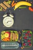 Smörgås äpple, druva, morot, bär i plast- lunchaskar, al Royaltyfri Fotografi