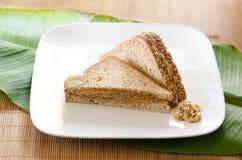 Smörgås för Banan-mango jordnötsmör Arkivfoto