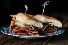 Smörgås för pojke för korvpo-` med bbq-sås Arkivfoto