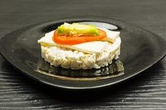 Smörgås för riskaka med ost, tomaten och avokadot Royaltyfria Bilder