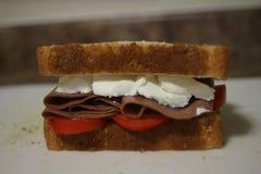 Smörgås för steknötkött med alla fixanden royaltyfri foto