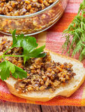 Smörgås från champinjonkaviaren som dekoreras med Royaltyfria Foton