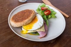 Smörgås i den vita maträtten Royaltyfri Fotografi