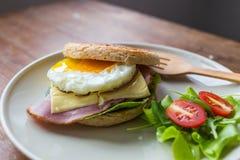 Smörgås i den vita maträtten Arkivfoton