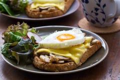 Smörgås i den vita maträtten Arkivbilder