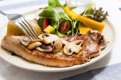Smörgås i den vita maträtten på trätabellen Fotografering för Bildbyråer