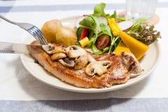Smörgås i den vita maträtten på trätabellen Arkivbilder