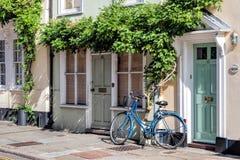 SMÖRGÅS KENT/UK - SEPTEMBER 29: Lutande agains för en blå cykel Royaltyfri Fotografi