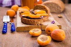 Smörgås med aprikons royaltyfri bild