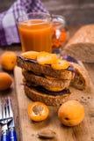 Smörgås med aprikons arkivfoton