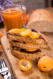 Smörgås med aprikons royaltyfria foton