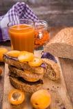 Smörgås med aprikons arkivfoto