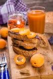 Smörgås med aprikons arkivbilder