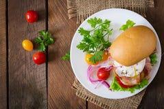 Smörgås med bacon och det tjuvjagade ägget Arkivfoto