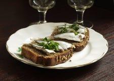 Smörgås med brunt bröd och ansjovisar Arkivfoton