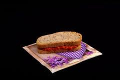 Smörgås med chutney som är ajvar Arkivfoto