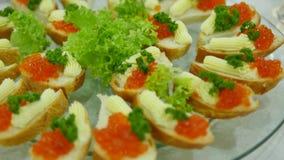 Smörgås med den röda kaviaren på vitt bröd Festlig jultabell med uppfriskningar som firar det nya året selektivt arkivfilmer