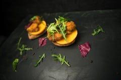 Smörgås med den stekt ostpersimonet och arugula Arkivfoton