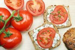 Smörgås med den vita keso och tomaten Arkivbilder