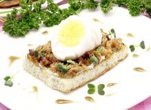 Smörgås med det kokt ägget Arkivbilder