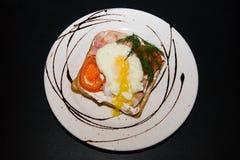 Smörgås med det stekte ägget och grönsaker arkivbilder
