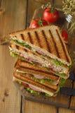 Smörgås med gurkan, ost och skinka arkivbild