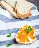 Smörgås med kaviaren för smör och för röd lax arkivfoto