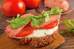 Smörgås med korvar och grönsaken Fotografering för Bildbyråer