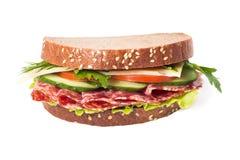 Smörgås med korven och grönsaker Arkivfoto